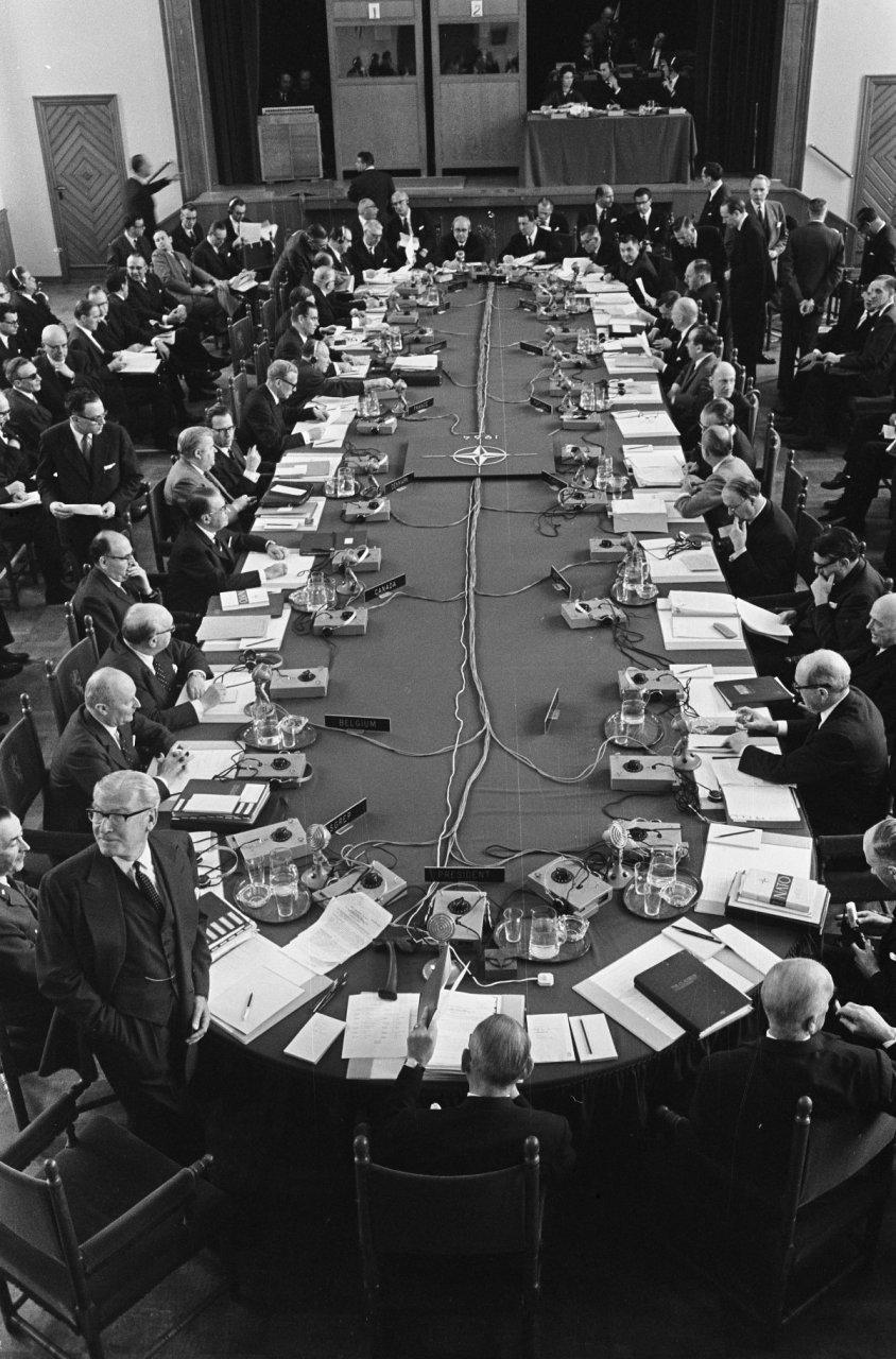 Start NAVO-conferentie in mei 1964 in Den Haag. Foto: Harry Pot. Bron: Nationaal Archief/Anefo. Licentie: CC-BY.